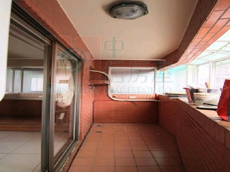 買屋賣屋租屋中信房屋-中和國小獨棟邊間美廈